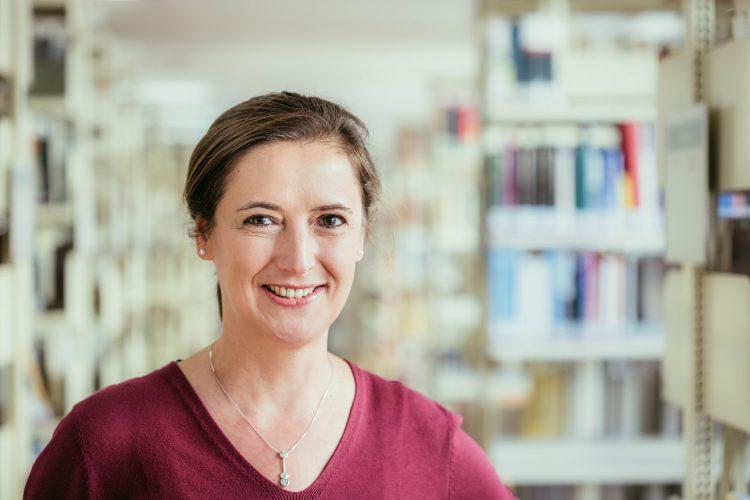 Porträt von Martina Thiele vor der Uni-Biblitothek